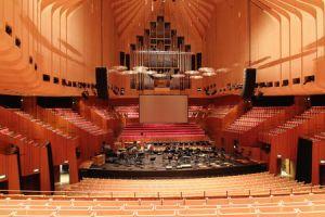 Notez les décrochés de l'architecture au niveau des parois de l'opéra de Sydney.